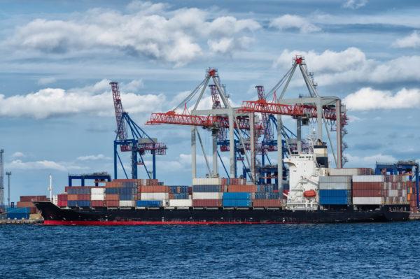 Container Schiff wartet im Hafen seine Ware abzuladen