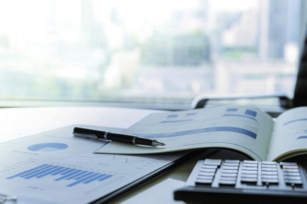 Businessanalyse für Beantragung eines Firmenkredites auf einem Tisch.