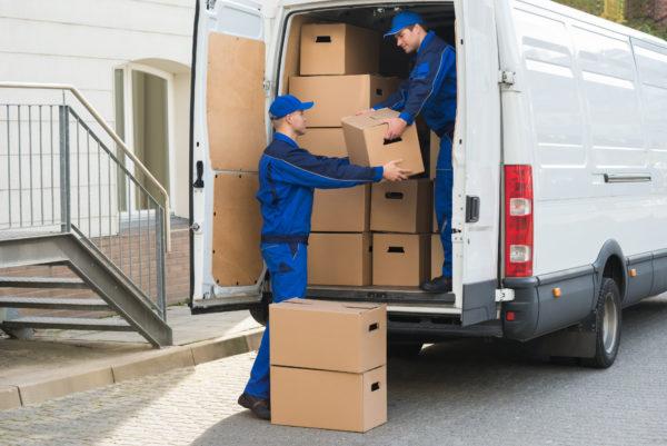 Nutzfahrzeug im Einsatz: Lieferung von Waren