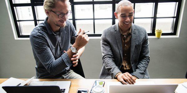 Junge Unternehmer einer E-Commerce Plattform während der Arbeit
