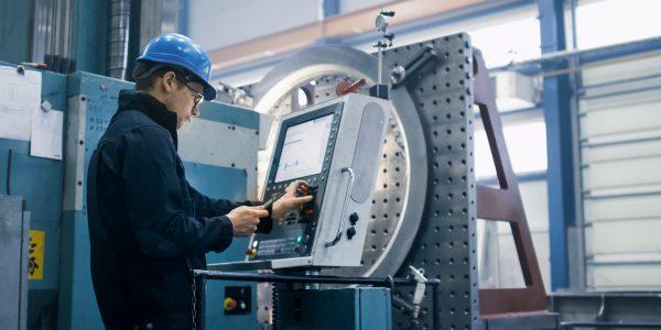 Industrieunternehmer während der Arbeit