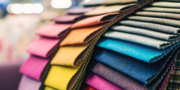Stoffe verschiedener Farben eines Telxtilunternehmens welches seine Herstellung mit einer Lagerfinanzierung vorfinanziert