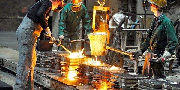 Mitarbeiter eines metallverarbeitenden Unternehmens bei der Arbeit