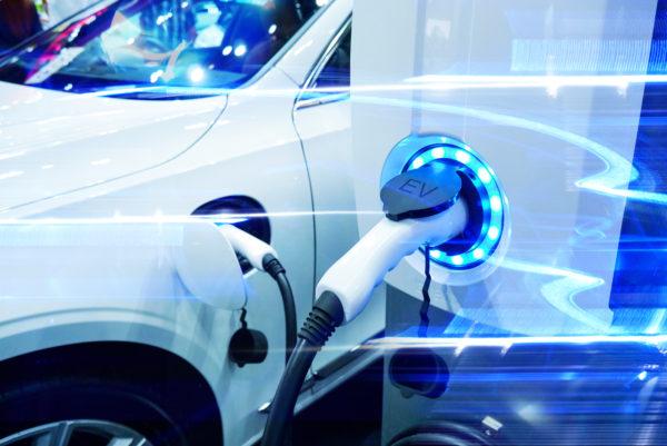Elekrisches Auto an Ladestation