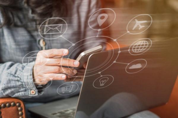 IoT bietet intelligente Verbindungen zwischen physischen und virtuellen Objekten.