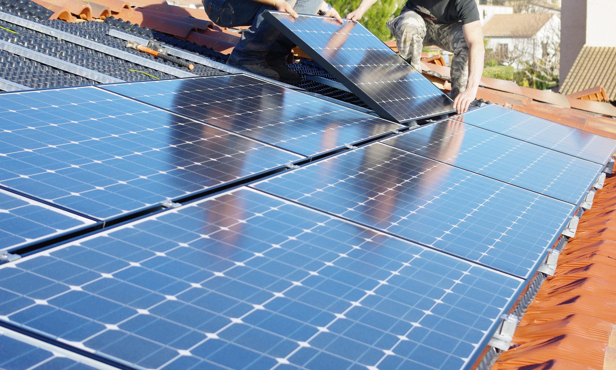 Sanierung eines Unternehmens mit Solarzellen zu besserer Energieeffizienz