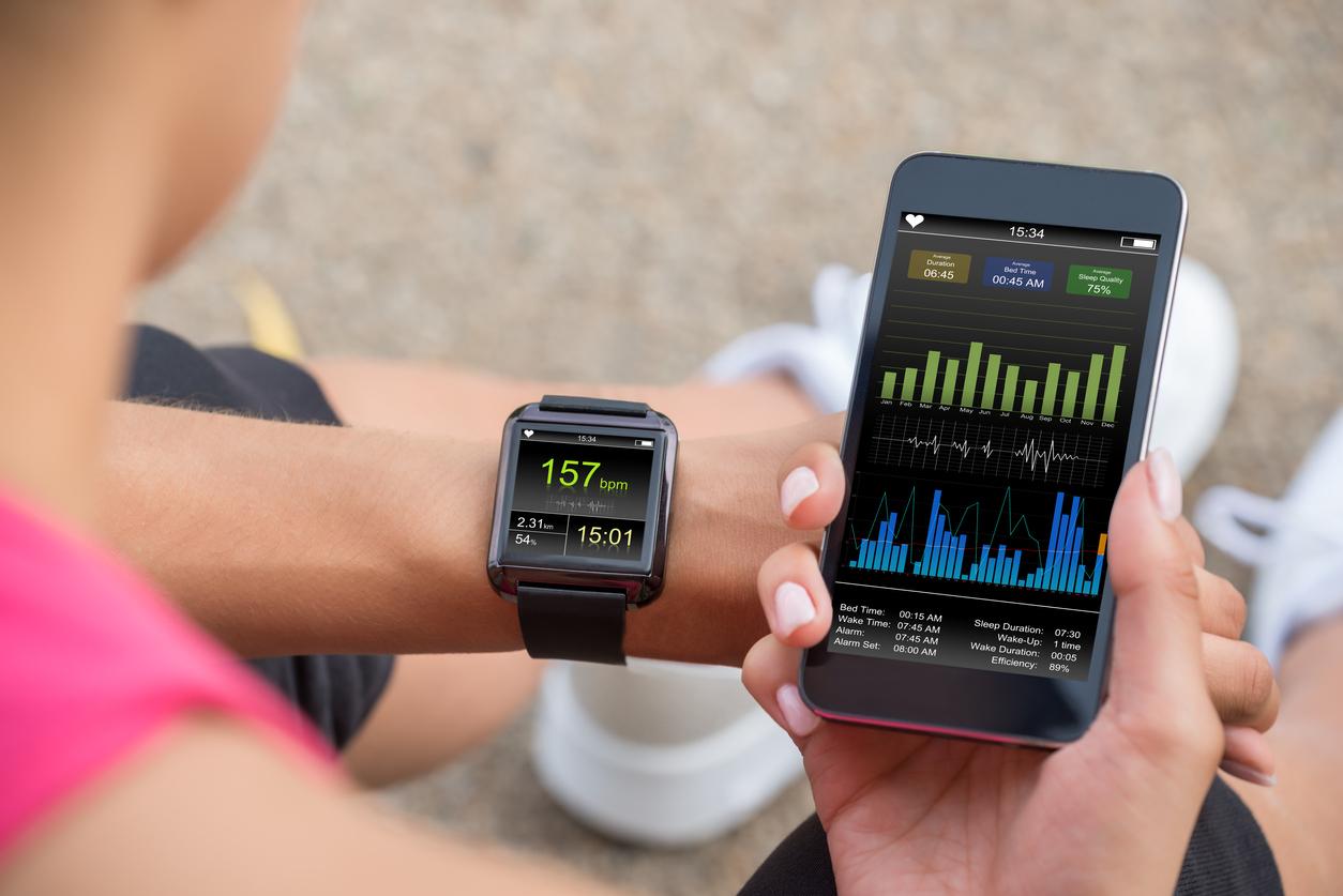 Smart Watch und Smartphone zum Tracken der Fitnessleistung.