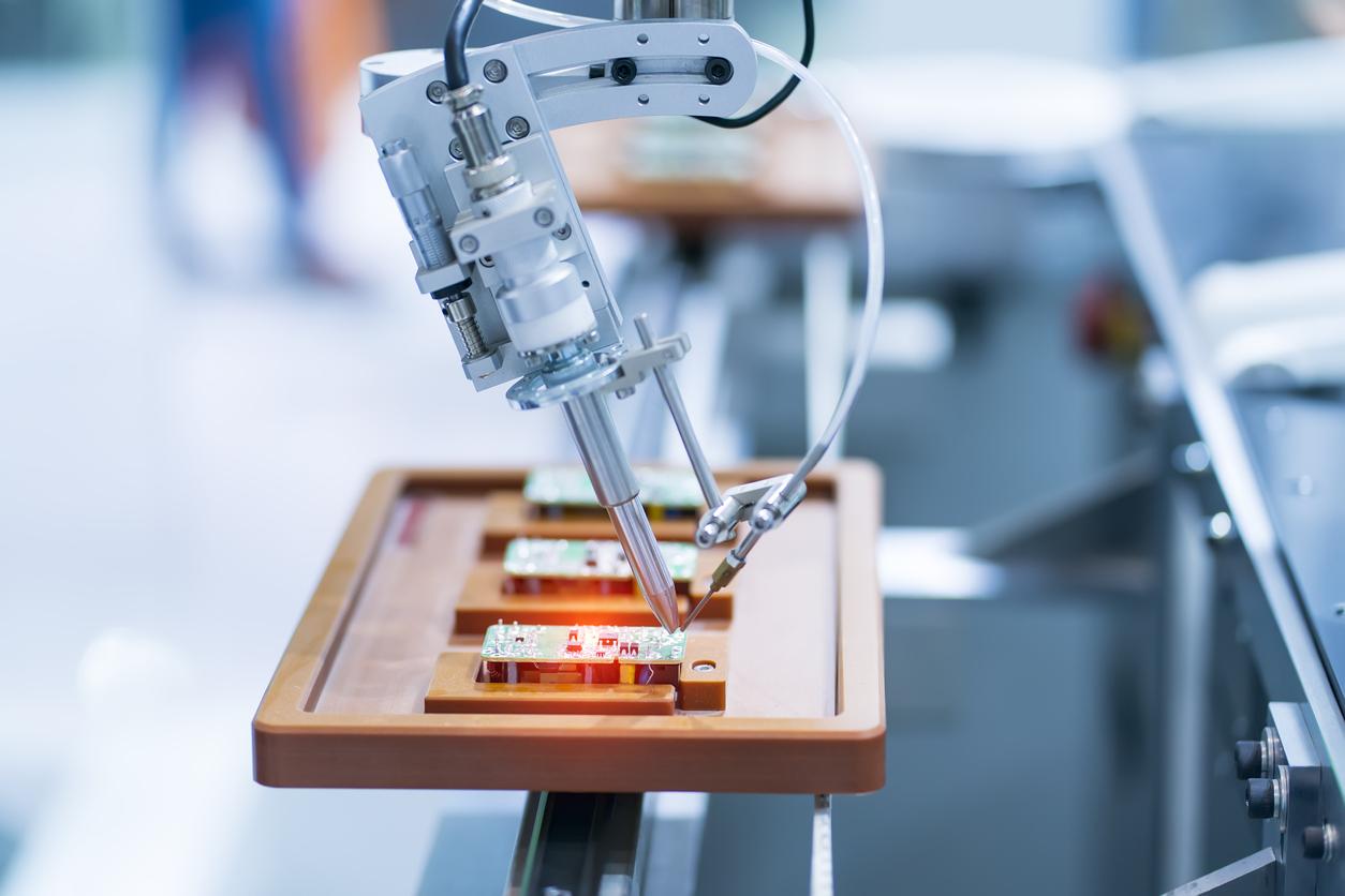 Produktionsprozesse in der Elektroindustrie automatisieren sich zunehmend.