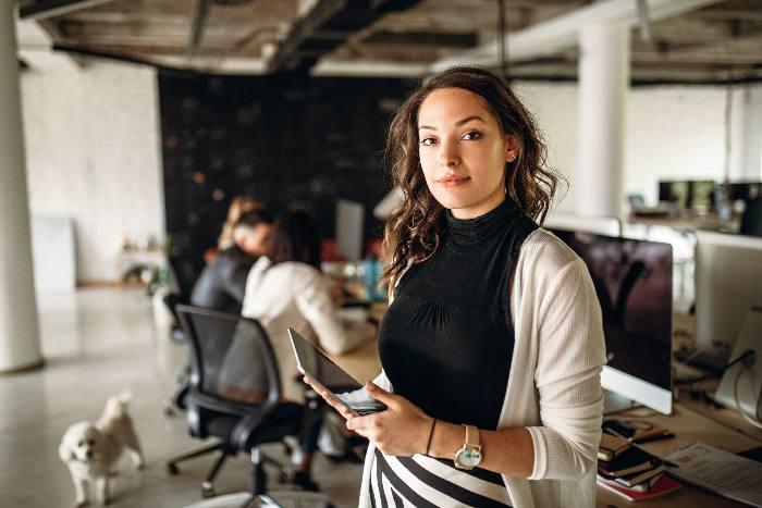 Foto der jungen Geschäftsfrau im Büro