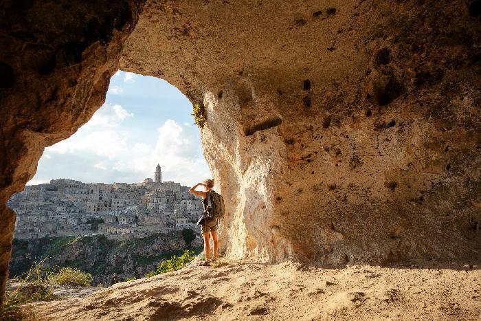 Frau betrachten aus einer Höhle von Matera, Basilikata, Italien