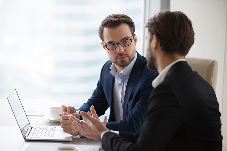 Finanzierungsberater spricht mit Kunde